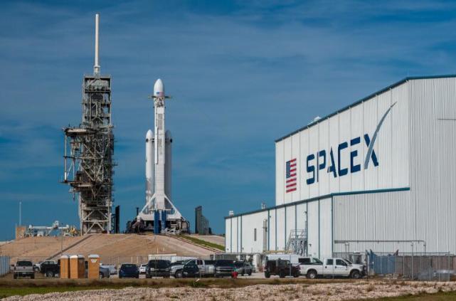 SpaceX成功发射猎鹰重型火箭 把特斯拉跑车送上太空